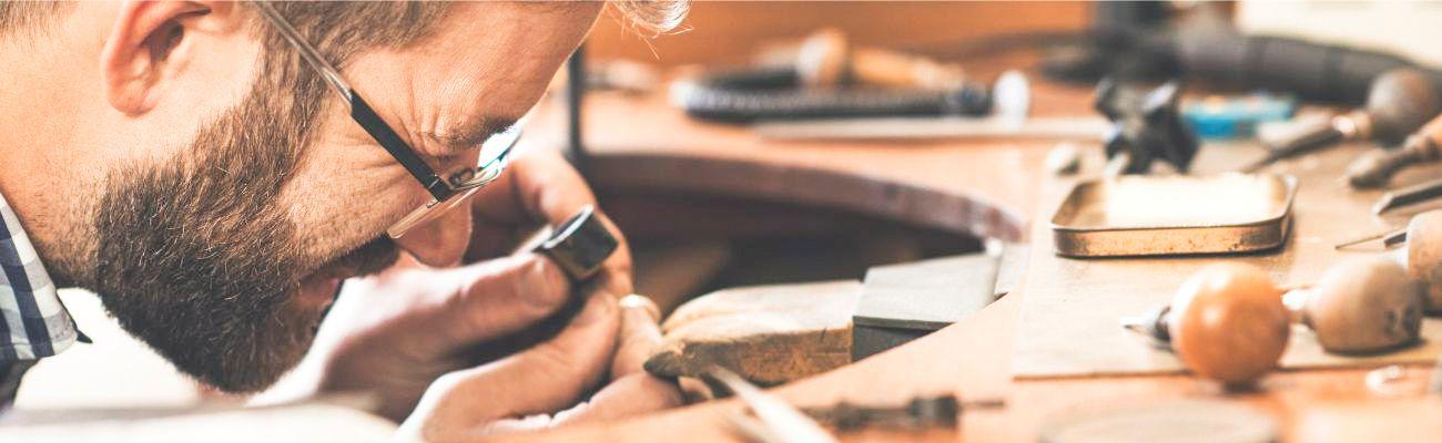 В каталоге ювелирного завода представлены изделия из золота 585 пробы, а  также украшения из серебра 925 пробы. Компания «Ювелир Карат» - это ... 74bb419bab4